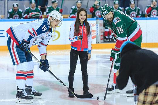Перед новым годом на один из матчей для стартового вбрасывания клуб пригласил олимпийскую чемпионку, фигуристку Алину Загитову