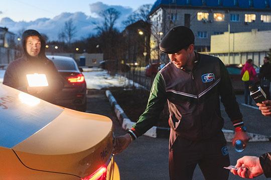 Радель Фазлеев колесил по городу в специальной шоферской кепке