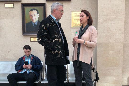 Адвокат Инна Барлева (справа) представила присяжным распечатку звонков матери Малахова, из которой следует, что в тот вечер она действительно звонила Николаю Архипову