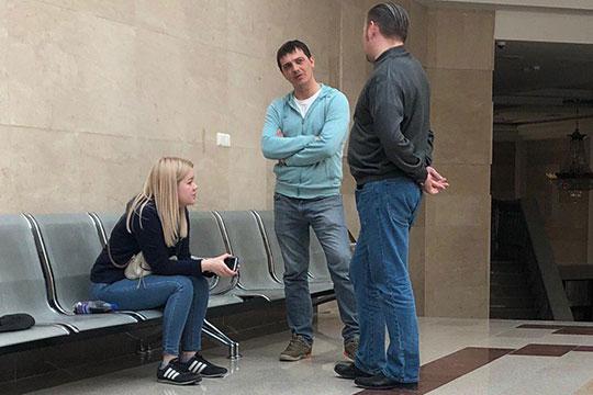Единственное, что услышали присяжные, это показания теперь уже бывшего мужа сестры Халилова Евгения Калина (в центре)