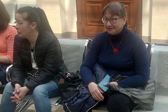 Мать подсудимого Ирина Томас (справа) рассказала, что до сих пор с собой носит паспорт сына и пояс от халата, который нашли в коридоре, когда его увезли полицейские