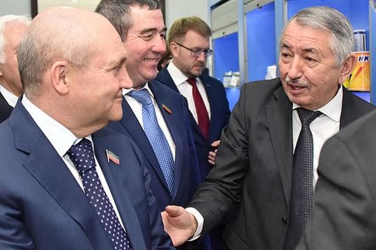 Талгат Абдуллин(справа) заметил, что вотчете правительства нет конкретных ориентиров развития республики, как вгосплане