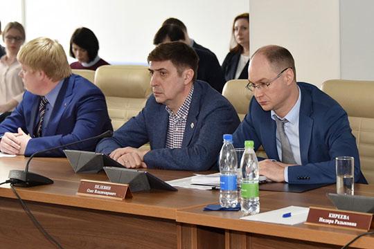 Обэкономическом разделе отчета вчера коротко доложилОлег Пелевин (справа), попутно ответивнавопросы депутатов