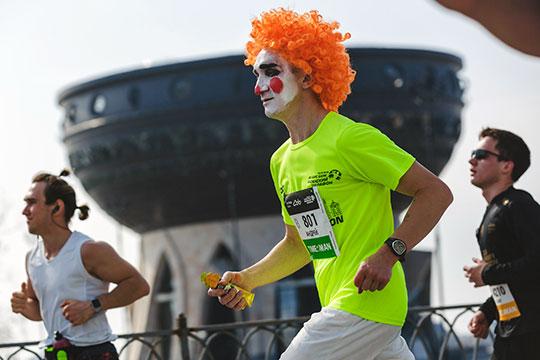 Мыгуляли замарафонцами иследили забегущим клоуном. Фотоистория казанского марафона