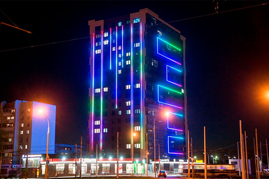 На здании в микрорайоне Бумажников выполнено освещение с плавными переливами цветов — прием, распространенный в китайских городах или, например, Астане