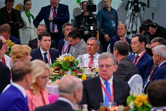 Президент Татарстана Рустам Минниханов занял кресло за столом № 3, в непосредственной близости от правительственного «анклава»