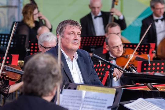 Открылпервое отделение концерт №2 для фортепиано соркестром Шостаковича, солировал Березовский, лишний раз подтвердивший, что онпианист редкого сценического обаяния