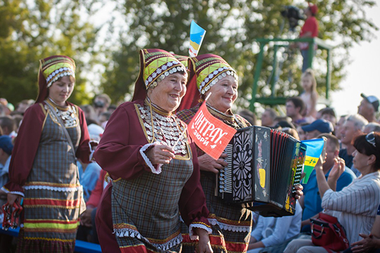 Вэтом году праздник назнаменитой поляне Тырлау, хоть инепобил рекорд посещаемости 2016 года, ноцифра в50 тысяч гостей, приехавших сюда изсамых разных уголков страны, заставляет уважать себя
