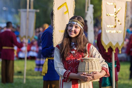 Театрализованное красочное представление рассказывало омногогранной жизни народа, древних обычаях, песенных итанцевальных традициях, старинном быте иукладе