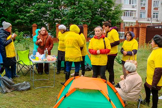 Удома 57 поулице Достоевского с26июля также стоят палатки идольщики ждут сдачи дома, вкотором было продано 373 квартиры