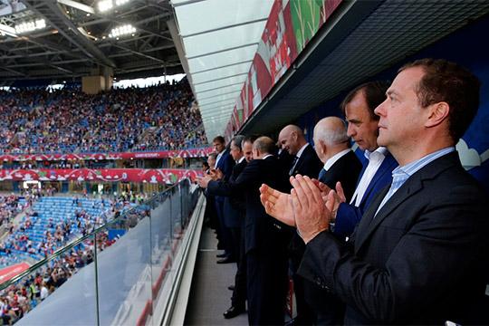 Завершить расчеты состроителями стадионов мундиаля распорядился премьер-министр РФДмитрий Медведев (справа): соответствующее постановление было подписано 30июля