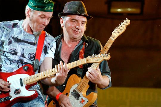 Владимир Шахрин и Владимир Бегунов (справа налево) во время выступления на музыкальном фестивале «Сотворение мира» в Казани в 2010 году