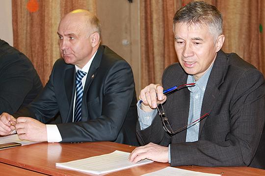 Непосредственный начальник Яцука Ринат Чиспияков (справа) сообщил, что учет животных в республике жестко контролируется, а охотникам рекомендовал самостоятельно заняться подсчетами