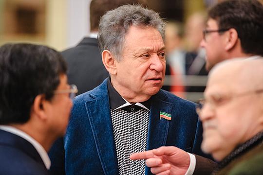 Главным событием сегодняшней, в общем-то, дежурной пресс-конференции, посвященной началу театрального сезона в республике, стало появление на ней директора казанской оперы Рауфаля Мухаметзянова