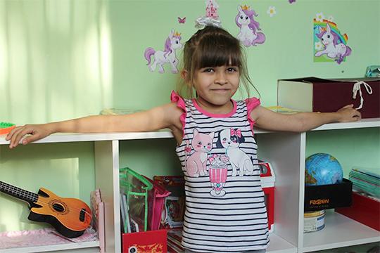 Асия родилась в мае 2011 года и на первый взгляд была вполне здоровым ребенком. Но в четыре месяца у малышки обнаружили отит, потом случился гайморит, потом — пневмония