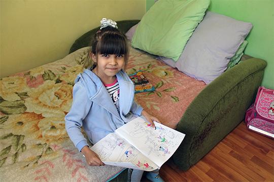 Самым любимым ее развлечением стало изготовление «журналов». Мама покупает ей большие тетради, и Асия рисует в них комиксы, придумывает забавные истории с собой и родными