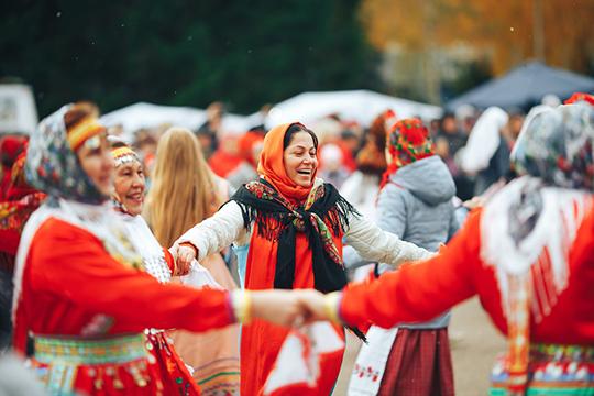 «Обратите внимание на выбранную цветовую гамму, которая характерна всему финно-угорскому народу. Это три цвета — белый, красный, черный»