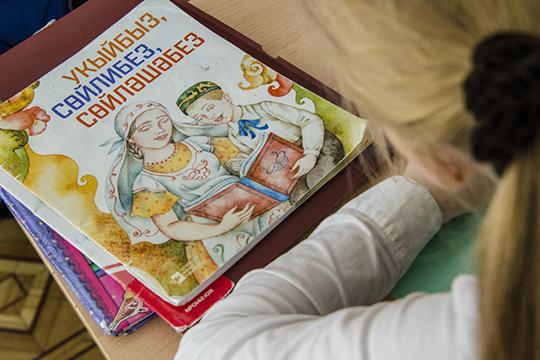 Коснулся журналист и острой проблемы обязательного преподавания национальных языков в школе. Его точка зрения: национальный язык должен быть официальным, наряду с русским