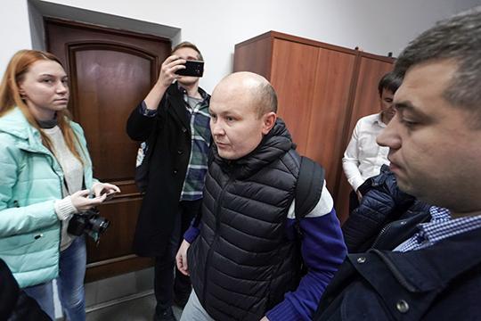 Сам Хидиятов прибыл насудебный процесс после обеда – всопровождении двух оперативников экономической полиции, скрывая лицо под капюшоном. 2 ночи доэтого онпровел визоляторе