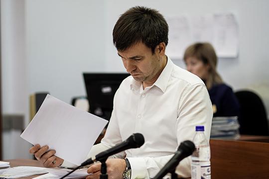 АдвокатАйрат Уразмановсразуже пошел ватаку наследователя.Онпытался выяснить, какие уследствия есть доказательства виновности Хидиятова, кроме показаний другого подозреваемого?
