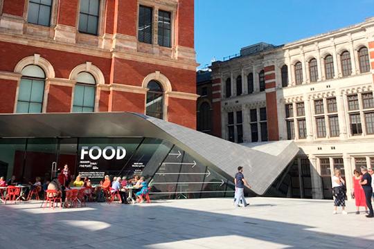 Второй вход в музей Victoria and Albert (V& A) недавно реконструировали и создали дворик для инсталляций, арт-объектов и еще одного кафе