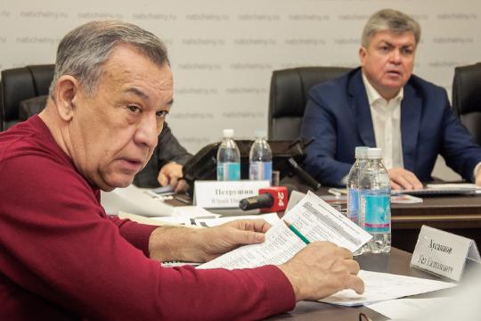 Уел Хусаиновтакже сообщил, что наданный момент наплощадке уже работают строители Горшкова, занимаясь бетонными работами. Однако рассказать что-то большее нерешился, ссылаясь насубординацию
