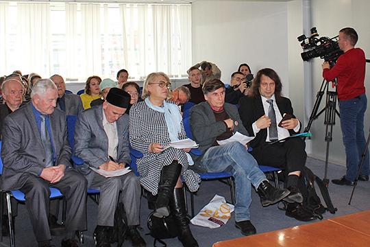 Дискуссия о языках сразу обещала быть не скучной: в первом ряду рядом (рядом!) сидели давние, скажем мягко, оппоненты Фарит Закиев и Ольга Артеменко