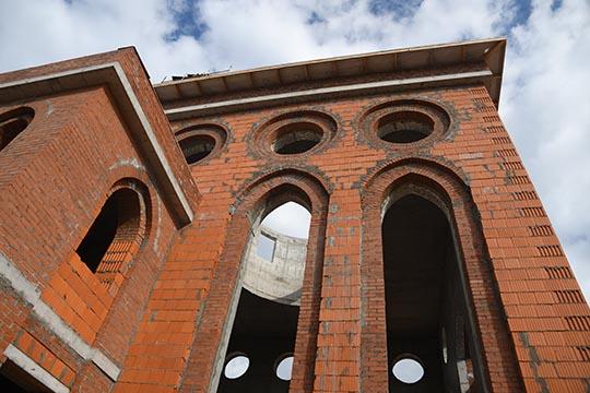 Проект будущей мечети был заранее согласован испотомками Ахматзаки хазрата Сафиуллина, которые тоже активно помогают строительству мечети