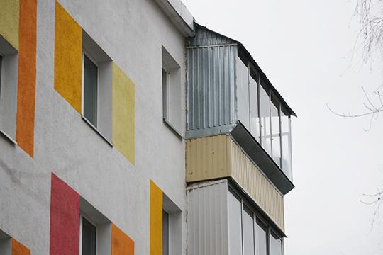 Жилищники выиграли первые процессы в суде, подав иски на собственников квартир с балконами на последних этажах. Крыши, по их мнению, несут угрозу зимой и людям и машинам