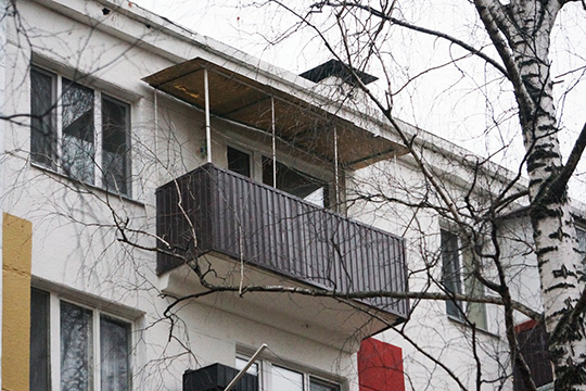 Каждый решал проблему по-своему: кто нанимал умельцев, полностью обшивающих балконы, кто сам мастерил. В итоге за полвека все челнинские дома обзавелись козырьками