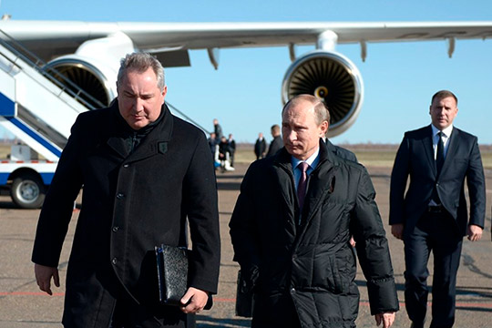 После резкого заявления Путина о хищениях при строительстве космодрома «Восточный», многие высказали предположения, что вслед за этим последуют и оргвыводы относительно главы «Роскосмоса» Дмитрия Рогозина (слева)