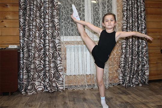 Поддержанная почти чудодейственными ингаляциями, Амира просто расцвела. У нее появились силы на занятия в секции художественной гимнастики. Спорт помогает девочке мобилизовать дыхательную систему