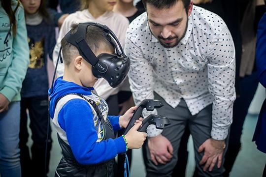 Робот рисует, дети гуляют по виртуальной реальности: как КФУ праздновал 215-летие