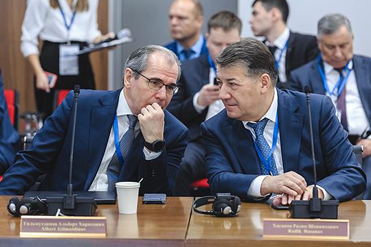 «Альберт Харисович отвернулся… Это не конкурент твой, а партнер!» — пошутил Минниханов в адрес ректораКНИТУ-КАИ Альберта Гильмутдинова (слева)