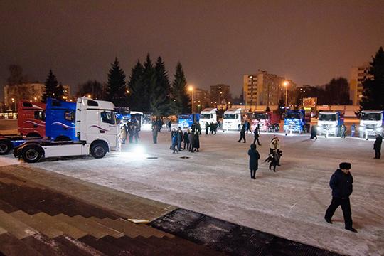 В этот вечер у стен здания была организована традиционная выставка грузовиков «КАМАЗ», начиная от первого сошедшего с конвейера и заканчивая последними перспективными моделями
