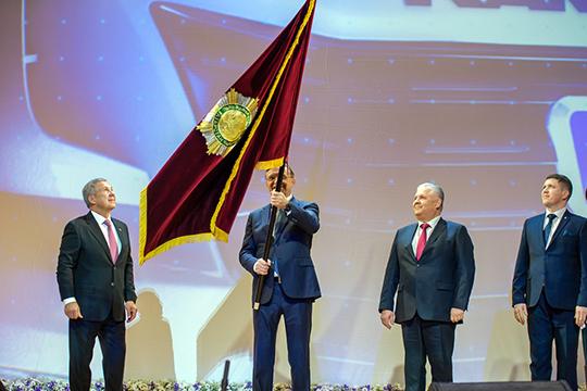 Сергей Когогин принял знамя из рук президента и нешироко помахал им залу под всеобщее ликование и аплодисменты