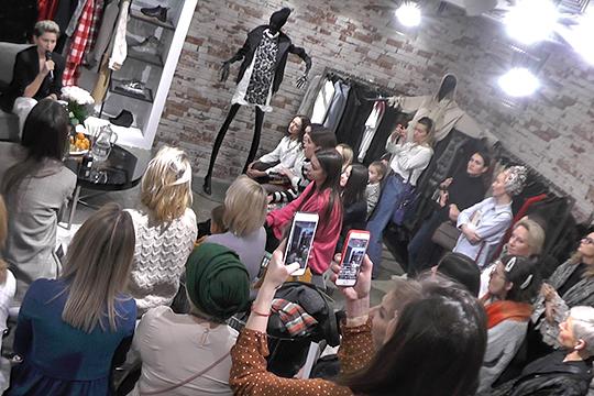 Директор магазина модной одежды f-people concept store Ирина Харасова в очередной раз нетривиально отметила свой день рождения — в преддверии праздника магазин навестила ее давняя подруга Анна Семак