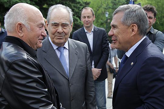 Свои соболезнования супруге Лужкова выразилипрезидент РТРустам Минниханов (справа) игоссоветникМинтимер Шаймиев (в центре)