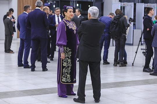 В фойе в татарских национальных костюмах, придавая праздничный настрой происходящему, готовились к встрече президента вице-премьер республики Лейла Фазлеева и министр культуры Ирада Аюпова