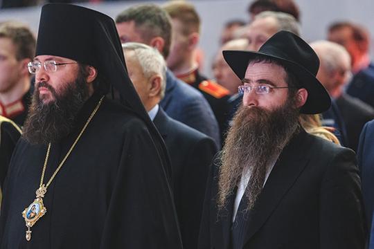 Среди собравшихся появился главный раввин Татарстана Ицхак Горелик, который поспешил поприветствовать своих коллег