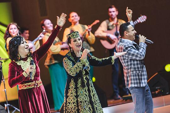 Золотому голосу татарской эстрады Алине Шарипжановой и Айдару Сулейманову досталось лишь по одному куплету в попурри песен из репертуара Альфии Авзаловой и Ильгама Шакирова