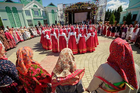 Прозвучал вопрос и про национальные фестивали — «Каравон», Сабантуй и другие. Министр отметила, что их также продолжат поддерживать, хотя у нее есть вопросы к национальным татарским костюмам