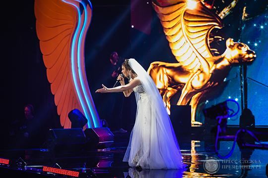 Первой артисткой вечера была Гузель Уразова, которая спела пару своих шлягеров в платье невесты