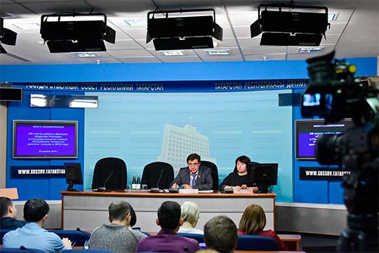 Юрий Камалтынов подчеркнул, что в Конституции говорится о запрете именно избрания на должность президента два срока подряд, тогда как «Рустам Нургалиевич избирался один раз, один раз он назначался»