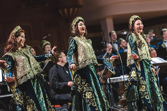 Началось путешествие с поволжского попурри «На завалинке», в котором удачно смешались русские и татарские народные мотивы, а сами хористы предстали в татарских народных костюмах