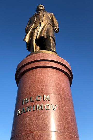 Памятник И.Каримову в Самарканде