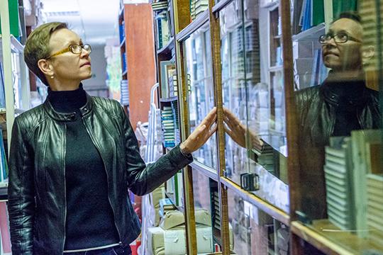 «Почему посредственный, намой взгляд, роман Яхиной взял все премии исейчас хорошо продается? Потому что оннаписан покальке. Исключение— первая глава романа, это великолепный русский рассказ»