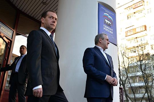 «Ситуация сМедведевым, его увольнением, ударила поимиджу ЕР, укоторой итак падает рейтинг. Нопри этом партия все равно будет оставлена как партия большинства, потому что другого большинства вДуме увластинет»