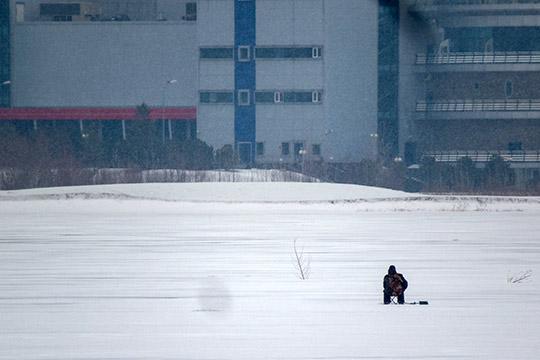 «Умудренные опытом теплой осени иначала зимы, которые привели ксерии трагедий, люди перестали рыбачить вместах, где могут образоваться промоины.Рыбаки идут взаводи, где отсутствует течение, там безопасно, толщина льда 20-25 см»
