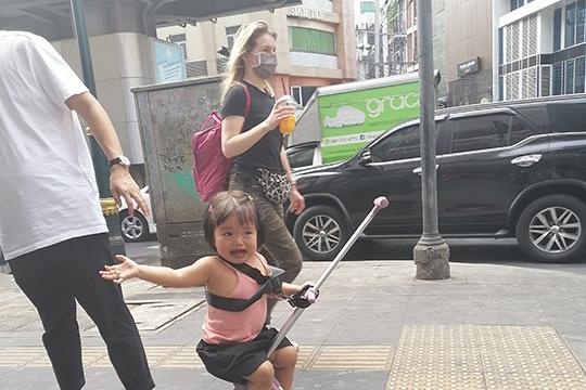 «Кстати, простые китайцы, которые успели выехать за границу до запрета, обсуждали между собой, как им повезло вовремя уехать. На дворе — Китайский Новый год, а жителей заперли в их домах»